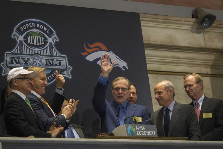 Seattle Seahawks owner and Microsoft co-founder Paul Allen (C) waves to the trading floor after ringing the opening bell at the New York Stock Exchange January 30, 2014. REUTERS/Brendan McDermid
