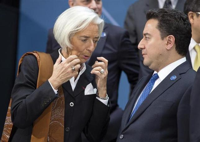 4月11日、G20財務相・中央銀行総裁会議は、米国に対しIMF改革案を年末までに批准するよう求め、批准できなかった場合は米国抜きでIMF改革を進めるとする共同声明を採択して閉幕した。写真はラガルドIMF専務理事(左)とトルコのババカン副首相(2014年 ロイター/Joshua Roberts)