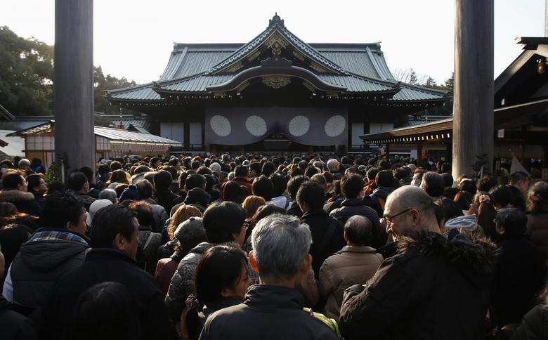 People wait to offer New Year prayers at Yasukuni Shrine in Tokyo January 1, 2014. REUTERS/Yuya Shino