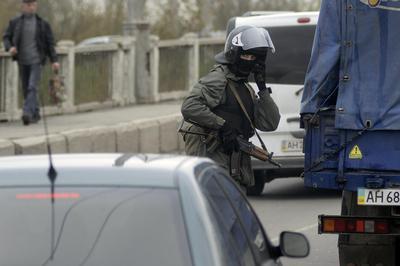 Ukraine prepares armed response as city seized by...