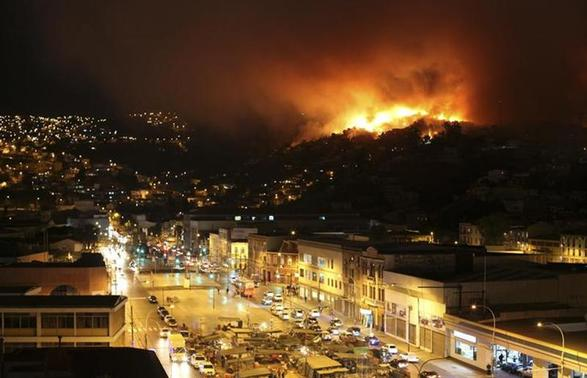 A forest fire burns in Valparaiso city, northwest of Santiago, April 12, 2014. REUTERS/Cesar Pincheira