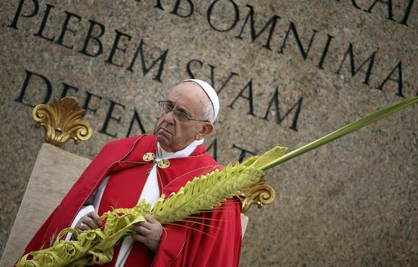 Pope Francis leads the Palm Sunday mass at Saint Peter's Square at the Vatican April 13, 2014. REUTERS-Alessandro Bianchi