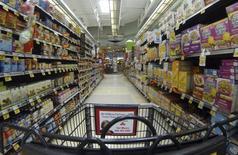 Corredor de um supermercado Ralphs, em Del Mar, na Califórnia. As vendas no varejo dos Estados Unidos registraram a maior alta em 1 ano e meio em março, no mais recente sinal de que a economia está se livrando de sua fraqueza induzida pelo clima e caminhando à aceleração no segundo trimestre. 6/04/2013. REUTERS/Mike Blake