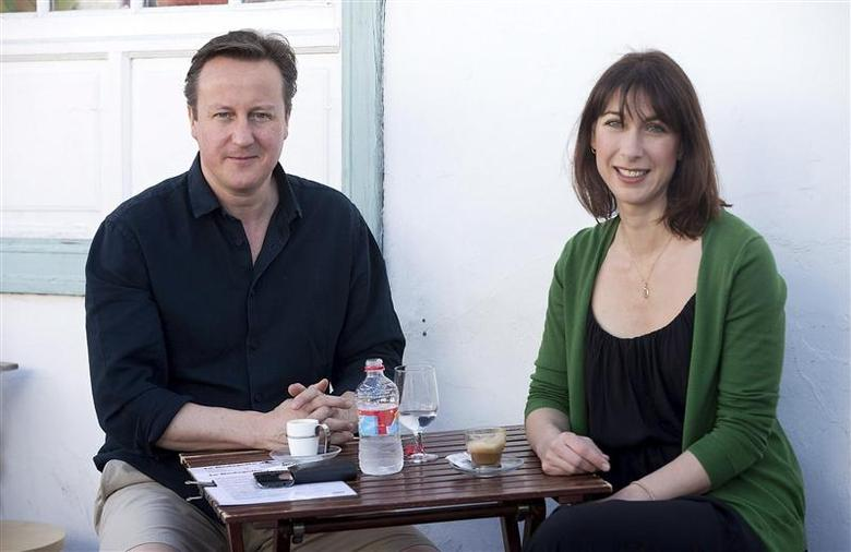 Britain's Prime Minister David Cameron and his wife Samantha stop for a drink by a beach during their holiday on the Spanish Canary island of Lanzarote April 13, 2014. REUTERS/Gonzalo Arroyo Moreno/Pool