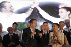 O ex-governador de Pernambuco Eduardo Campos conversa com a ex-senadora Marina Silva durante cerimônia para anunciar a candidatura deles a presidente e vice-presidente da República, respectivamente, nesta segunda-feira, em Brasília. 14/04/2014 REUTERS/Ueslei Marcelino