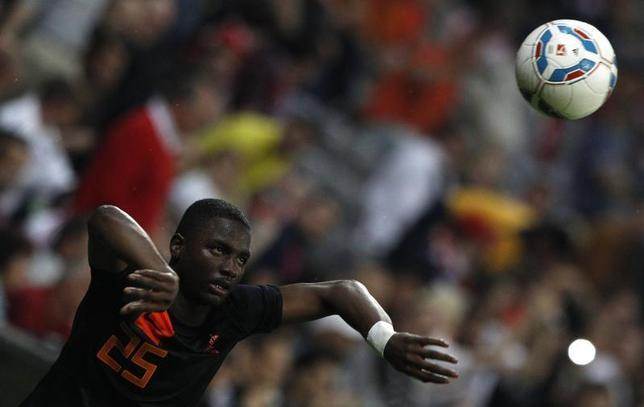 Netherlands Jetro Willems plays the soccer ball during a friendly soccer match against Bayern Munich in Munich May 22, 2012. REUTERS/Michaela Rehle
