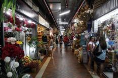 Pessoas fazem compras no Mercado Central em Belo Horizonte. As vendas no comércio varejista brasileiro registraram leve alta de 0,2 por cento em fevereiro na comparação com janeiro, segundo mês seguido de ganho, porém mostrando perda de força com moderação no consumo. 09/04/2014 REUTERS/Washington Alves