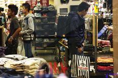 Imagen de archivo de unas personas realizando unas compras al interior de una tienda de la cadena Vans en San Francisco, EEUU, nov 29 2013. Los precios al consumidor de Estados Unidos subieron levemente en marzo en una posible señal de que una tendencia de desinflación ha llegado a su fin, mientras que la confianza de los constructores subió en abril pero se mantuvo en un terreno pesimista. REUTERS/Stephen Lam