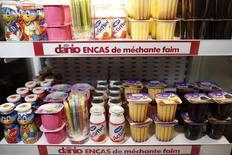 Продукция компании Danone перед презентацией годовых результатов в Париже 20 февраля 2014 года. Рост продаж французской Danone замедлился в первом квартале 2014 года, сообщил крупнейший мировой производитель йогуртов в среду. REUTERS/Benoit Tessier