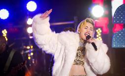 """Miley Cyrus durante una presentación por las celebraciones de Año Nuevo en Times Square, Nueva York, 31 dic, 2013. La cantante Miley Cyrus canceló una actuación el martes en Kansas City, Missouri, tras ser hospitalizada por una """"severa reacción alérgica a los antibióticos"""", dijeron los organizadores del concierto. REUTERS/Carlo Allegri"""
