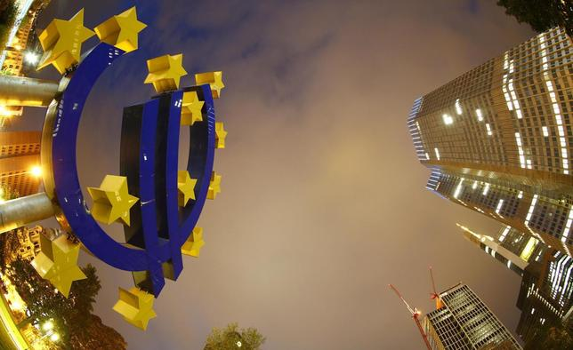 The euro sign landmark is seen at the headquarters (R) of the European Central Bank (ECB) in Frankfurt September 2, 2013. REUTERS/Kai Pfaffenbach