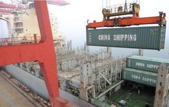 Container é transportado por um guindaste no porto de Lianyungang, na província de Jiangsu, China. A economia da China cresceu no ritmo mais lento em 18 meses no início de 2014, mas um pouco melhor do que o esperado e mostrou alguma melhora em março. 10/04/2014. REUTERS/China Daily