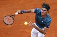 Tenista suíça Roger Federer saca contra o checo Radek Stepanek durante o Masters de Monte Carlo, em Mônaco. O tenista ex-número 1 do mundo Roger Federer mal teve que suar ao passar com facilidade para a terceira rodada do Masters de Monte Carlo com parciais de 6-1 e 6-2 contra o tcheco Radek Stepanek, nesta quarta-feira. 16/04/2014. REUTERS/Eric Gaillard