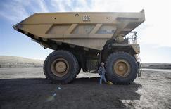 Steve Larsen, operador del camión transportador de carbón de la fotografía, asegura la máquina en la mina Jim Bridger en las afueras de Point of the Rocks, EEUU, mar 14 2014. La producción industrial de Estados Unidos aumentó por segundo mes consecutivo en marzo, en la más reciente señal de que la economía está cobrando fuerza. REUTERS/Jim Urquhart