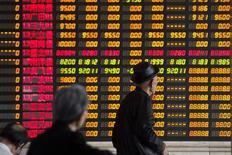 Investidores olham informações exibidas em um painel eletrônico em uma corretora, em Xangai. O regulador de valores mobiliários da China ordenou que subscritores atualizem os materiais de requerimento para empresas que aguardam listagem, disseram fontes à Reuters nesta quarta-feira. 14/04/2014 REUTERS/Aly Song