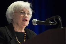 A chair do Federal Reserve, Janet Yellen, fala durante uma conferência em Chicago. O tempo em que o Federal Reserve manterá sua principal taxa de juros perto de zero vai depender da distância em que a economia dos Estados Unidos permanecerá das metas de emprego e inflação do banco central do país, e quanto tempo deverá demorar para atingi-las, afirmou Yellen nesta quarta-feira. 31/03/2014 REUTERS/John Gress
