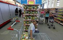 Un trabajador ordena una serie de artículos al interior de un supermercado en Lomas de Zamora, Argentina, abr 22 2013. Los argentinos esperan una inflación de un 37,5 por ciento en los próximos doce meses, una caída de 1,1 puntos porcentuales respecto del mes pasado, según el promedio de un sondeo publicado el miércoles por el Centro de Investigación en Finanzas (CIF) de la Universidad Torcuato Di Tella. REUTERS/Marcos Brindicci