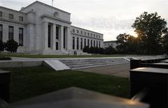 El edificio de la Reserva Federal en Washington, jul 31 2013. La actividad económica en Estados Unidos se aceleró en las últimas semanas debido a que dejó de pesar el lastre de un clima inusualmente frío, dijo el miércoles la Reserva Federal. REUTERS/Jonathan Ernst