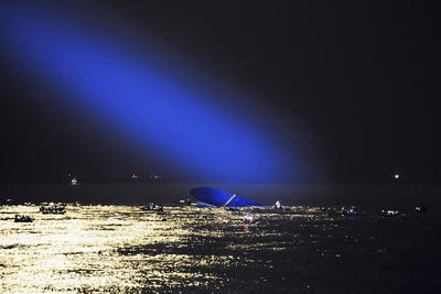 Divers struggle in search for South Korean ferry...
