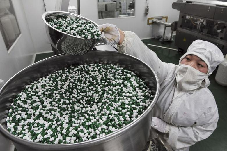 A worker packs Chinese patent capsules the medicine which tops the list of a Diagnosis and treatment scheme for human contracted H7N9 virus released by Chinese government earlier, in Bozhou, Anhui province, April 8, 2013. REUTERS/China Daily
