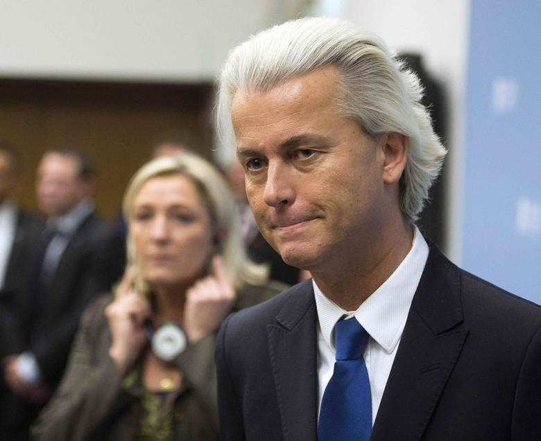 Geert Wilders (R), leader of the Netherlands' Party for Freedom (PVV), and far-right leader Marine Le Pen of France address a news conference in The Hague November 13, 2013. REUTERS/Toussaint Kluiters/United Photos