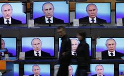Presidente russo, Vladimir Putin, aparece em TVs dispostas na vitrine de uma loja de Krasnoyarsk, na Sibéria, Rússia. Putin disse nesta quinta-feira que não seria possível para a Europa interromper completamente a compra de gás russo. 17/04/2014 REUTERS/Ilya Naymushin