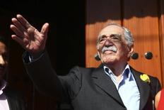 O escritor Gabriel García Márquez acena a jornalistas e vizinhos no dia de seu aniversário, no lado de fora de sua casa, na Cidade do México, em 6 de março. 06/03/2014 REUTERS/Edgard Garrido