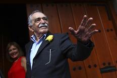 """El escritor colombiano Gabriel García Márquez saluda a un grupo de periodistas y vecinos a las afueras de su domicilio en Ciudad de México, mar 6 2014. El escritor colombiano Gabriel García Márquez, creador del realismo mágico latinoamericano con su emblemática novela """"Cien años de soledad"""", murió el jueves en la Ciudad de México a los 87 años de edad, dijo una periodista mexicana cercana a la familia. REUTERS/Edgard Garrido"""