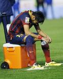O atacante Neymar após a derrota do Barcelona contra o Real Madrid na quarta-feira, em Valencia. O atacante sofreu uma contusão no pé esquerdo durante a partida. 16/04/2014 REUTERS/Albert Gea
