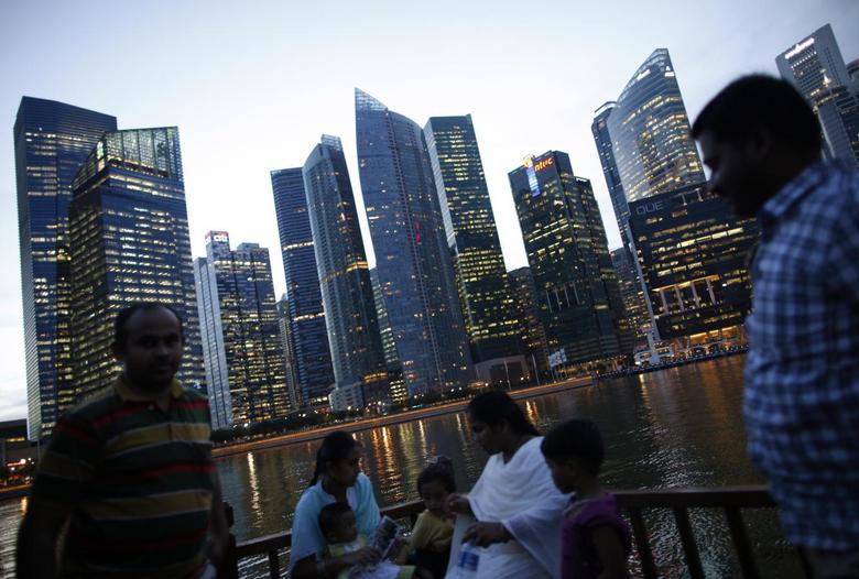 Tourists take a boat cruise along the Singapore River in the central business district in Singapore November 7, 2013. REUTERS/Edgar Su