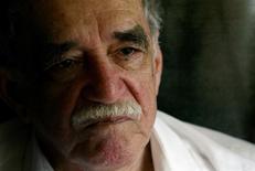 Imagen de archivo del escritor Gabriel García Márquez en Aracataca, Colombia, mayo 30 2007. El escritor colombiano Gabriel García Márquez, que revolucionó las letras hispanas dándole dimensión universal al realismo mágico, murió en su casa de la Ciudad de México a los 87 años, anunció el jueves una fuente cercana a la familia y más tarde el presidente de Colombia. REUTERS/Fredy Builes