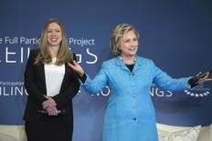 Chelsea (esquerda) e Hillary Clinton participam de um evento em Nova York, nos Estados Unidos, nesta quinta-feira. 17/04/2014 REUTERS/Andrew Kelly