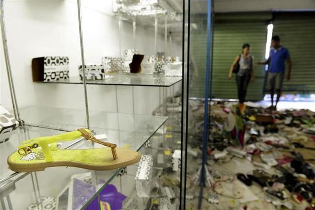 4月17日、ブラジル第3の都市サルバドルで賃上げを要求する警察がストライキに入り、略奪といった凶悪犯罪が多発。写真は略奪被害に遭った店の内部(2014年 ロイター/Valter Pontes)