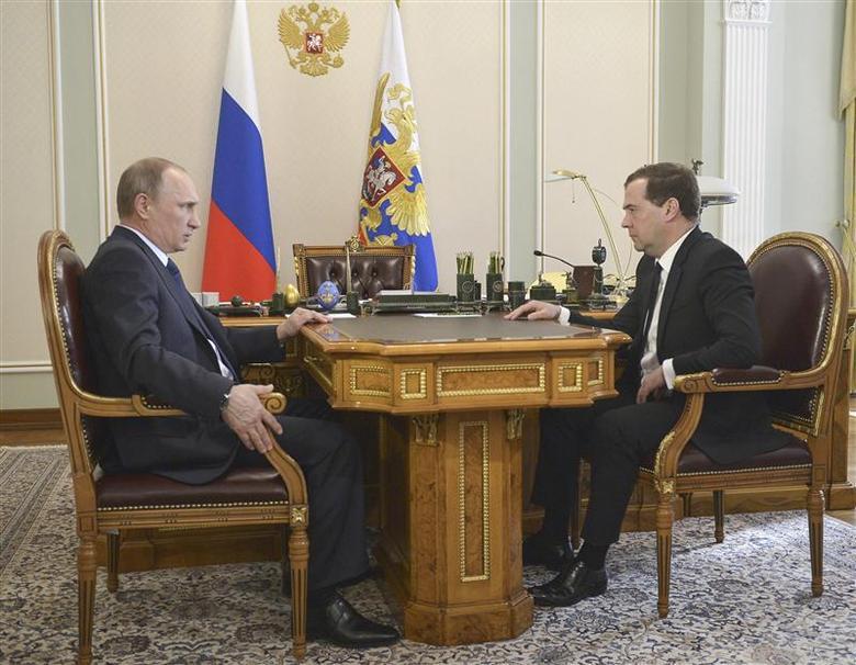 Russian President Vladimir Putin (L) talks with Prime Minister Dmitry Medvedev during their meeting at the Novo-Ogaryovo state residence outside Moscow April 19, 2014. REUTERS/Alexander Astafyev/RIA Novosti/Kremlin