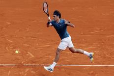 Roger Federer of Switzerland returns the ball to Jo-Wilfried Tsonga of France during their quarter-final match at the Monte Carlo Masters in Monaco April 18, 2014. REUTERS/Eric Gaillard