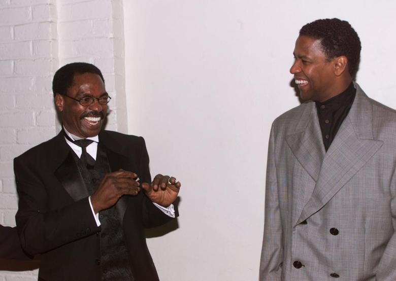 Actor Denzel Wahington (R), star of the new film ''The Hurricane,'' based on the true story of Rubin ''Hurricane'' Carter (C), an innocent man who fought for 20 years for justice, pose at the film's premiere December 14 in Los Angeles. Washington portrays Carter in the film. FSP/hb - RTRTCC4