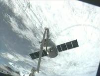 FOTO DE ARCHIVO: La cápsula SpaceX Dragon es capturada por la tripulación de la Estación Espacial Internacional usando un brazo robótico en esta captura de pantalla de un video de la NASA. 3 de marzo, 2013. Una nave de carga de Space Exploration Technologies entregó alimentos y experimentos científicos este Domingo de Resurrección a los tripulantes a bordo de la Estación Espacial Internacional. REUTERS/NASA/Handout ESTA IMAGEN HA SIDO ENTREGADA POR UNA TERCERA PARTE. ES DISTRIBUIDA, EXACTAMENTE COMO LA RECIBIO REUTERS, COMO UN SERVICIO A NUESTROS CLIENTES. SOLO PARA USO EDITORIAL. NO DISPONIBLE PARA LA VENTA PARA CAMPAÑAS DE PUBLICIDAD O MARKETING.