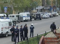 Сотрудники полиции блокируют подходы к отделению банка Западный в Белгороде 21 апреля 2014 года. Российская полиция в понедельник сообщила, что вооруженный мужчина захватил отделение банка в Белгороде, три человека могли оказаться в заложниках. REUTERS/Vladimir Kornev