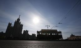 Трамвай на улице в Москве 12 апреля 2014 года. По-летнему теплая погода останется в Москве ненадолго - уже в середине рабочей недели в столице похолодает, хотя и незначительно, ожидают синоптики. REUTERS/Artur Bainozarov