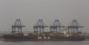 Un barco de transporte de contenedores en la bahía de Baltimore, EEUU, jul 12 2013. Un indicador de la actividad económica futura de Estados Unidos subió en marzo, superando levemente las previsiones de analistas, apuntando a que la economía sigue su avance en territorio de recuperación. REUTERS/Gary Cameron