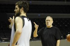 Minnesota Timberwolves head coach Rick Adelman (R) gestures during a practice session in Mexico City, December 3, 2013. REUTERS/Edgard Garrido