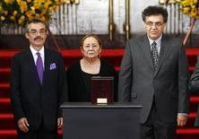Con lágrimas y flores amarillas en las manos, cientos de conmovidos lectores del colombiano Gabriel García Márquez fueron el lunes a despedirse para siempre del escritor al Palacio de Bellas Artes de la capital mexicana, donde se colocaron sus cenizas. El escritor falleció el jueves en la Ciudad de México a los 87 años. Ciudad de México, 21 de abril de 2014. REUTERS/Edgard Garrido