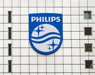 Логотип Philips на штаб-квартире компании в Амстердаме 28 января 2014 года. Голландская компания Philips заработала в первом квартале прибыль ниже ожиданий аналитиков и предупредила, что 2014 год будет непростым из-за неблагоприятных валютных курсов и падения спроса на медицинское оборудование в России и Китае. REUTERS/Toussaint Kluiters/United Photos