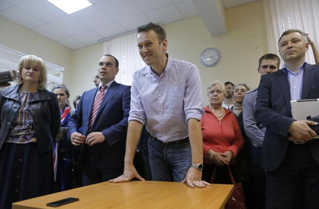 Opposition leader Alexei Navalny (C) attends a justice court hearing in Moscow, April 22, 2014. REUTERS/Maxim Shemetov