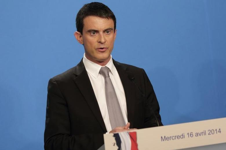 French Prime Minister Manuel Valls delivers a statement after the weekly cabinet meeting at the Elysee Palace in Paris, April 16, 2014. REUTERS/Philippe Wojazer
