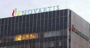 Logo de Novartis sobre sus oficinas centrales en Basilea, oct 22, 2013. Novartis anunció el martes una reorganización de su negocio por varios miles de millones de dólares, con un intercambio de activos con GlaxoSmithKline y con una venta de su división de salud animal, dentro de un proceso para simplificarse y enfocarse más en medicamentos contra el cáncer, con mayores márgenes. REUTERS/Arnd Wiegmann