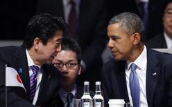 Una reunión entre el presidente estadounidense, Barack Obama, y el primer ministro japonés, Shinzo Abe, prevista para esta semana en Tokio tal vez no logre sellar uno de los mayores pactos comerciales del mundo, pero podría darle el impulso que tanta falta le hace. En la imagen, Abe habla con Obama (D) durante la sesión inaugural de la Cumbre de Seguridad nuclear en La Haya el 24 de marzo de 2014. REUTERS/Yves Herman