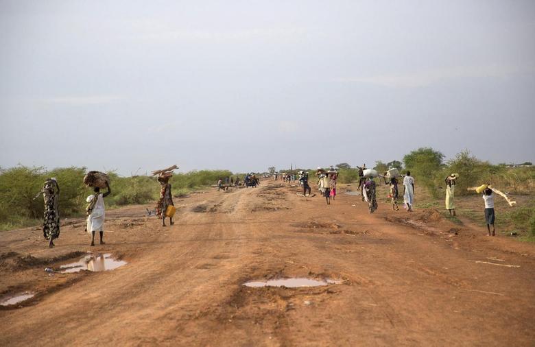 Civilians flee from renewed attacks in Bentiu, Unity state of South Sudan April 20, 2014.REUTERS/Emre Rende