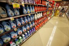 Productos de Procter & Gamble en almacén en Pasadena, California, ene 21, 2014. Procter & Gamble, el mayor fabricante de productos de consumo masivo del mundo, reportó el miércoles un alza en sus ganancias, ayudado por un incremento en las ventas de sus productos para el cuidado del hogar. REUTERS/Mario Anzuoni
