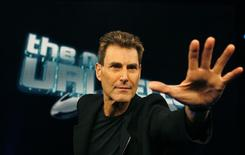 Israeli psychic Uri Geller poses for photographers in Cologne January 6, 2008. REUTERS/Ina Fassbender